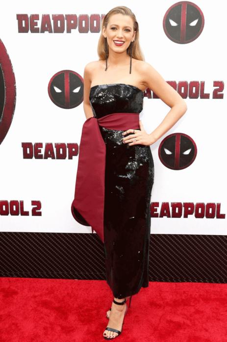 Блейк Лайвли в черном блестящем платье с бордовым кушаком