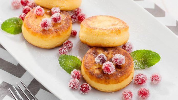 Сырники с ягодами и сахаром