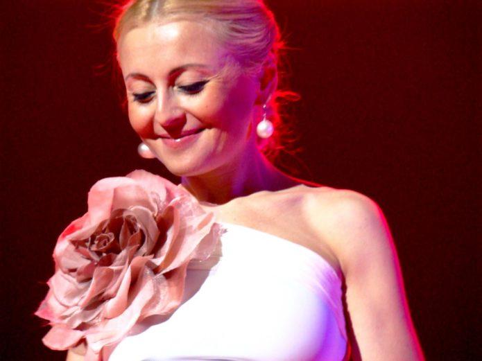 Анжелика Варум платье с большим цветком