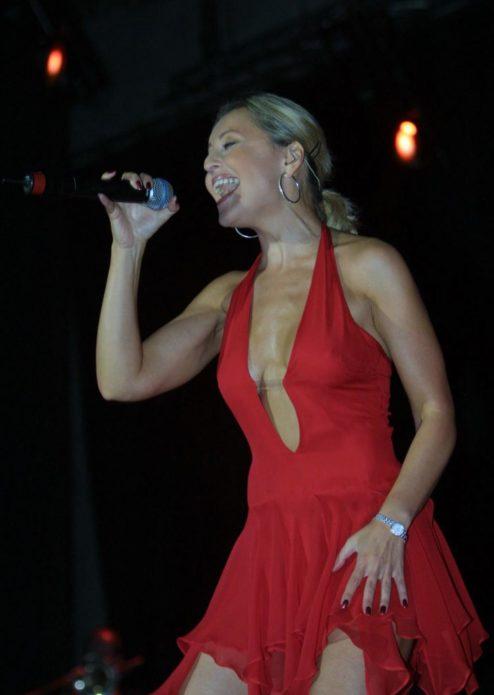 Анжелика Варум в красном платье поёт