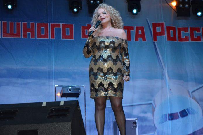 Лариса Долина блестящее платье