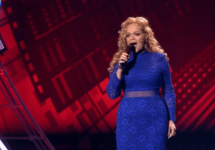 Лариса Долина поёт в синем платье
