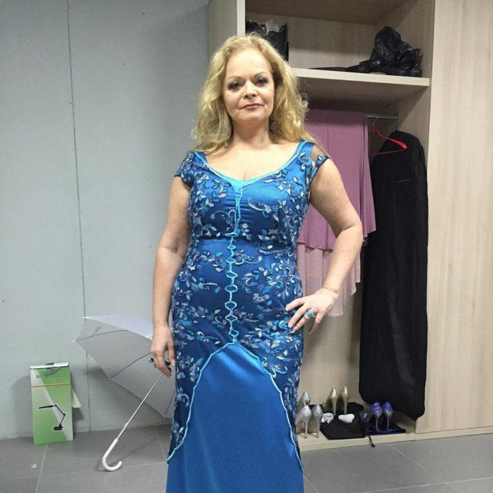 Лариса Долина в обтягивающем синем платье