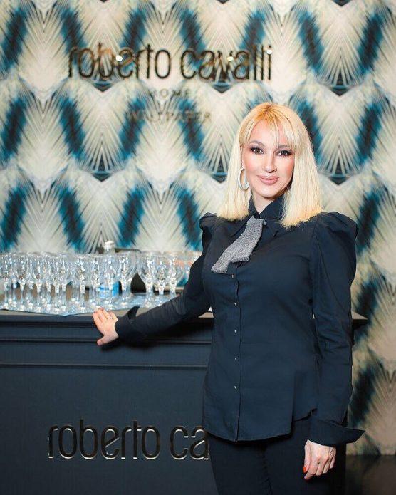 Лера Кудрявцева в синей блузке