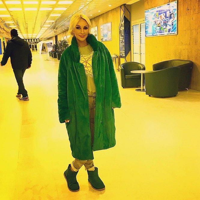 Лера Кудрявцева в пальто и уггах