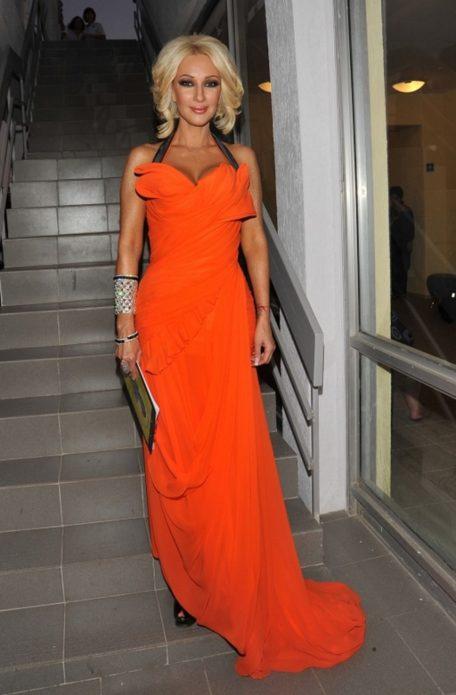 Лера Кудрявцева в оранжевом платье