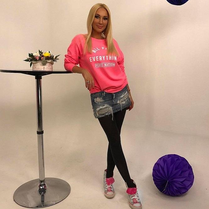 Лера Кудрявцева в джинсовой юбке