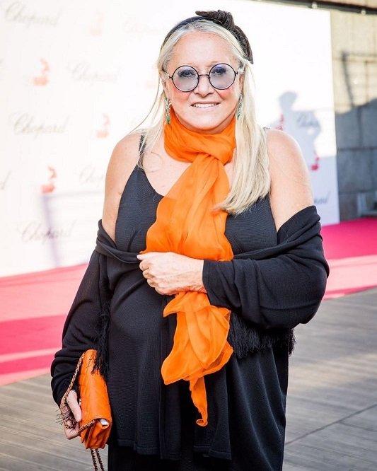 Татьяна Михалкова в чёрном платье с оранжевым шарфиком