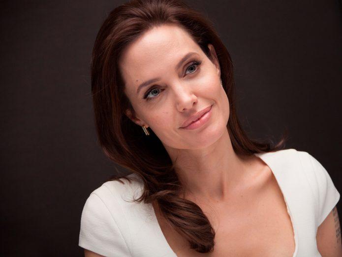 Американки хотят шею как у Анджелины Джоли