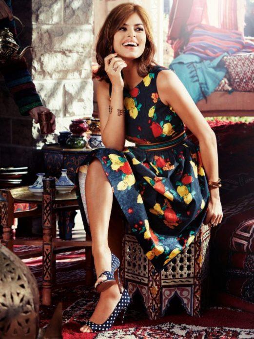 Ева Мендес в синем платье с фруктовым орнаментом