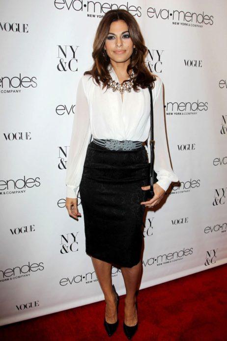 Ева Мендес в белой блузе и черной юбке-карандаш
