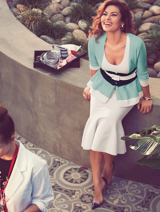 Ева Мендес в бело-голубом костюме