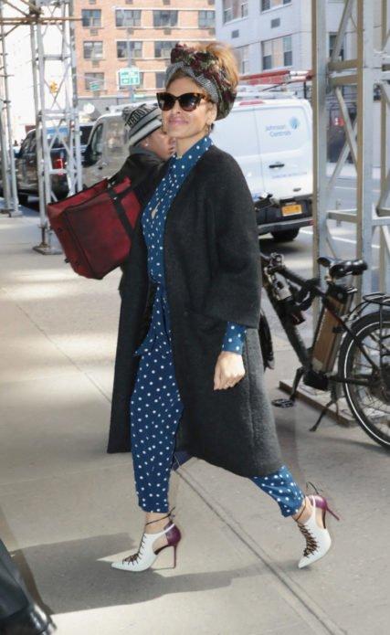 Ева Мендес в длинном сером кардигане итемно-синем комбинезоне в белый горошек