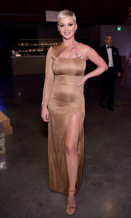 Кэти Перри с трудом влезла в вечернее платье