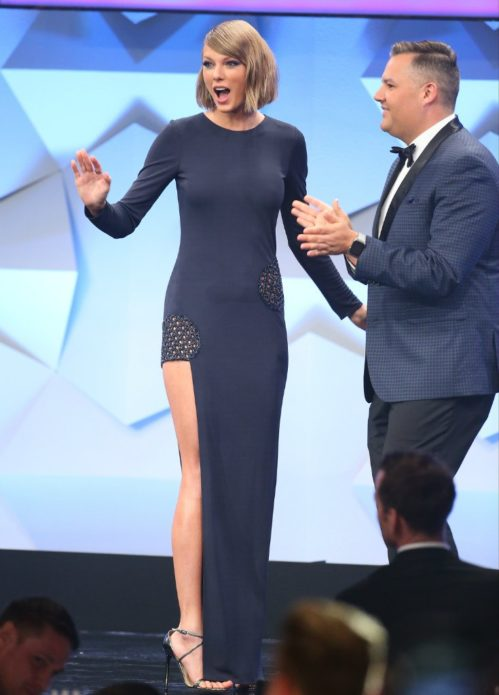 Тейлор Свифт в чёрном платье