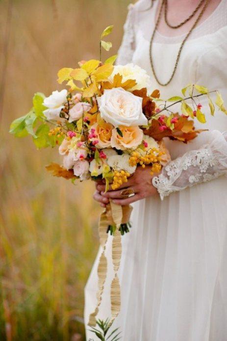 Букет с розами и веточками деревьев