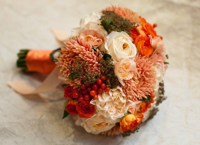 Букет с ягодами и осенними цветами