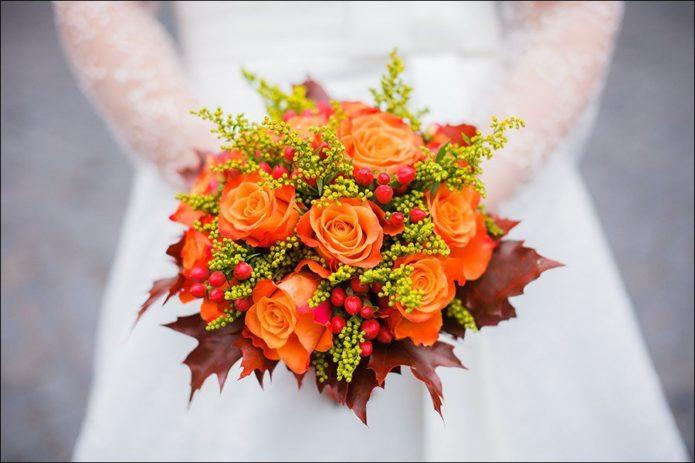 Букет с розами и кленовыми листьями