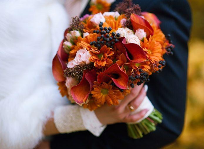 Букет с осенними цветами и ягодами