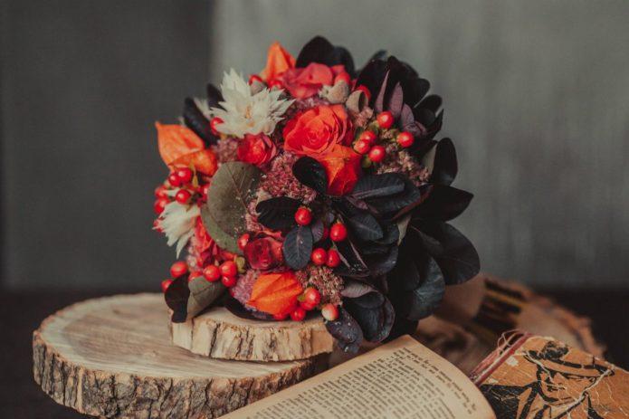 Букет с ягодами и физалисом