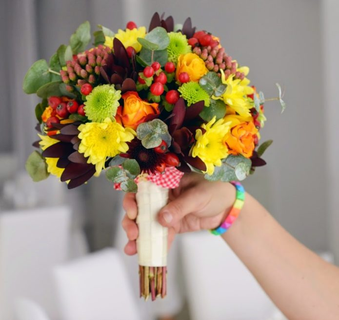 Букет с ягодами и сезонными цветами