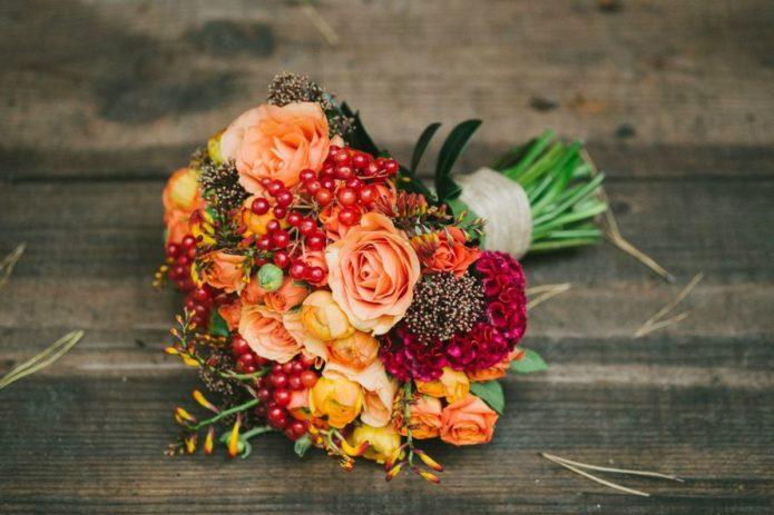 Букет с розами и ягодами