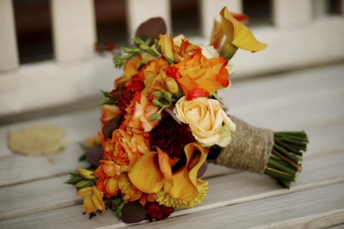 Букет с розами и сезонными цветами