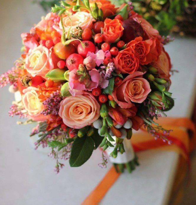 Букет с розами и осенними дарами
