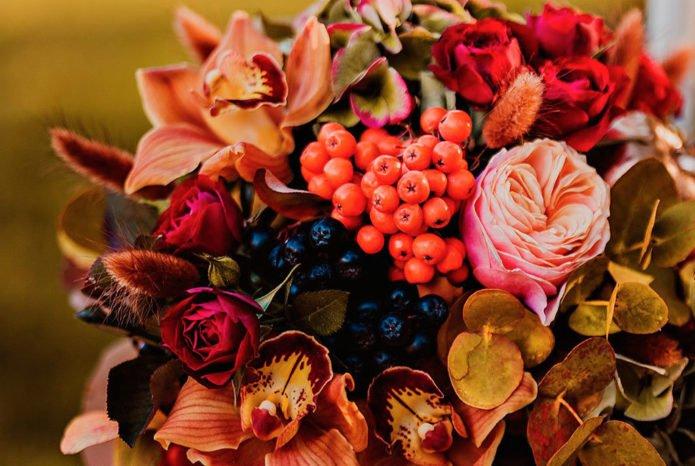 Букет с розами, рябиной и сухоцветом