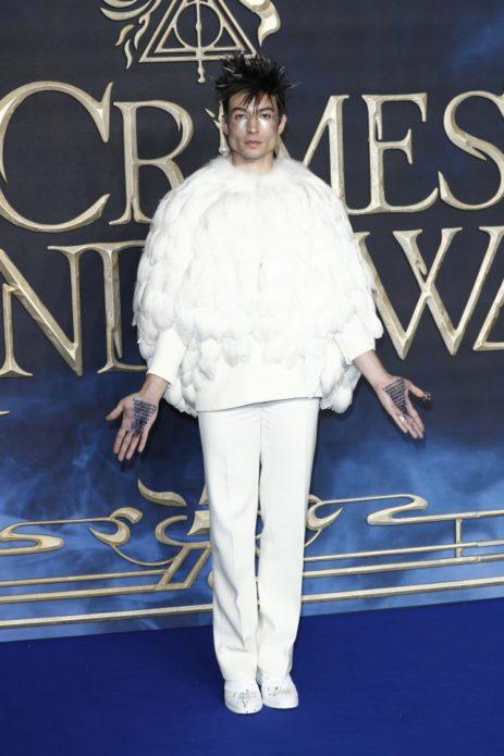 Эзра Миллер в костюме совы