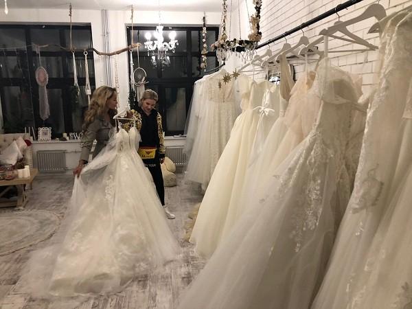 Анна Вульф помогает Калашниковой выбрать свадебное платье