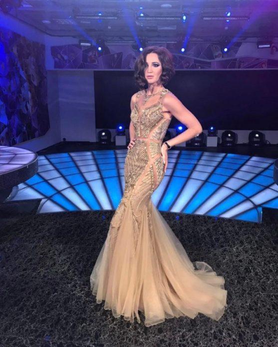 Бузова в длинном золотистом платье