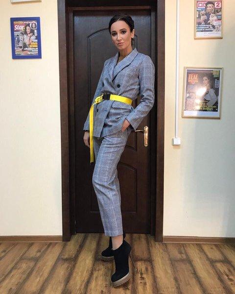 Ольга Бузова в сером костюме