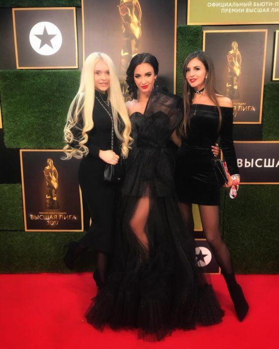 Бузова в чёрном платье в пол