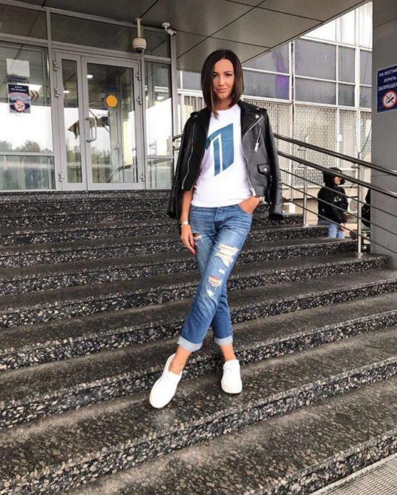 Ольга Бузова в футболке с косухой, джинсах и кедах