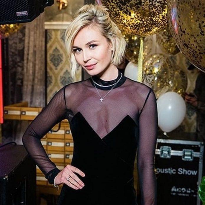 Полина Гагарина в чёрном комбинезоне