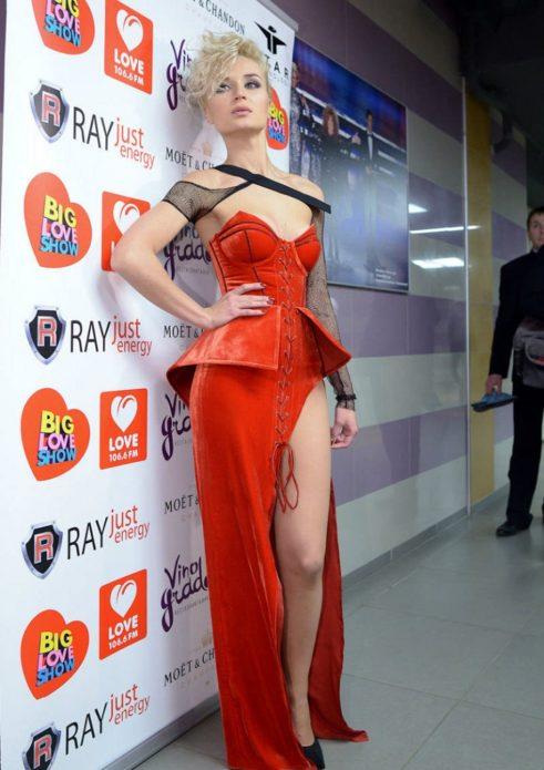 Полина Гагарина в красном платье с разрезом