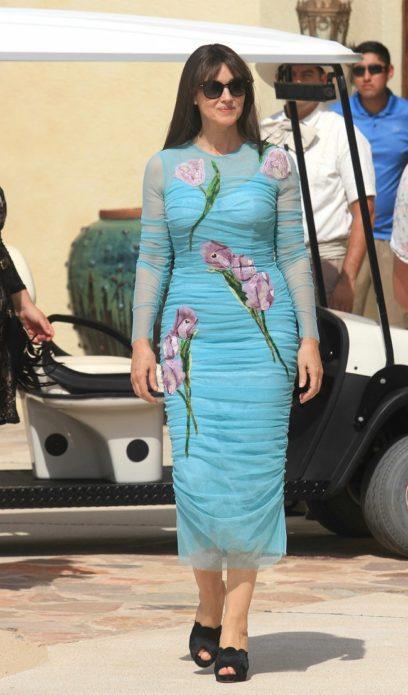 Моника в голубом платье