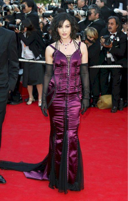 Моника в дерзком платье со шнуровкой