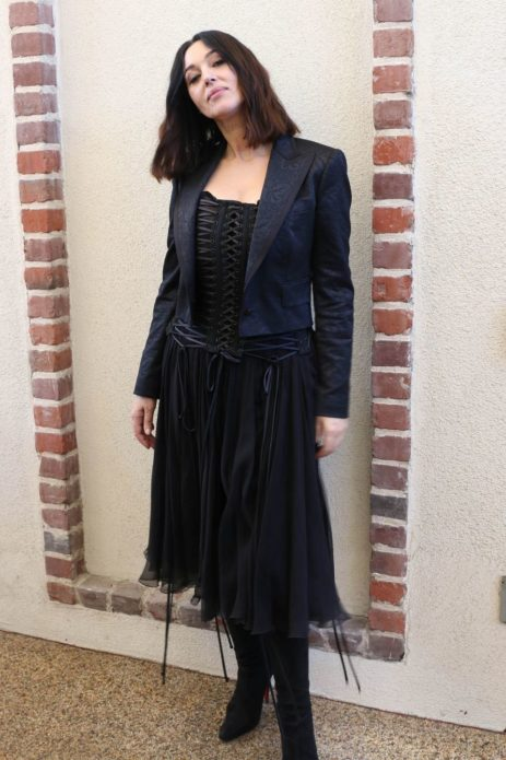 Моника в чёрном платье со шнуровкой