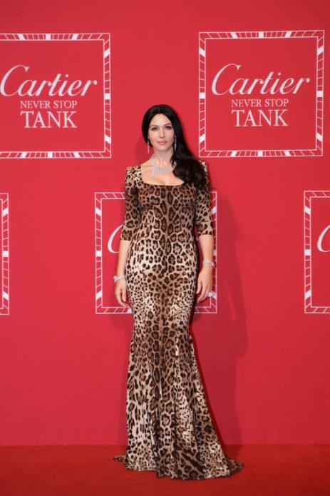 Моника в платье с леопардовым принтом