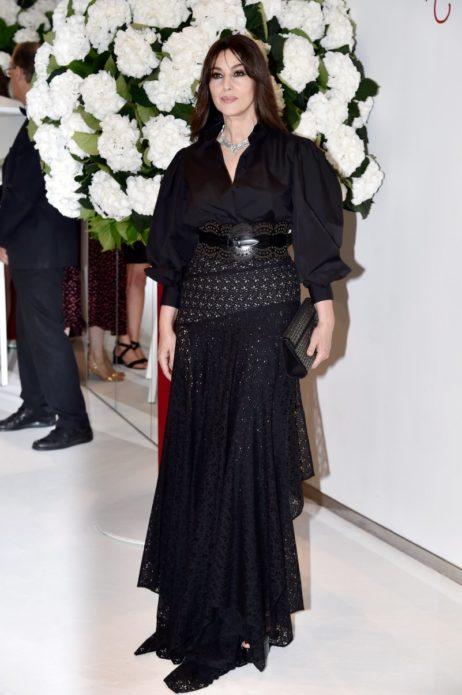 Моника в чёрном сложном платье