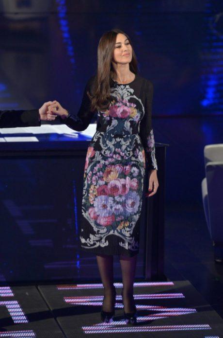 Моника в платье с цветочным узором