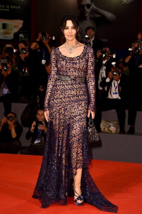 Моника в кружевном платье с ремнём