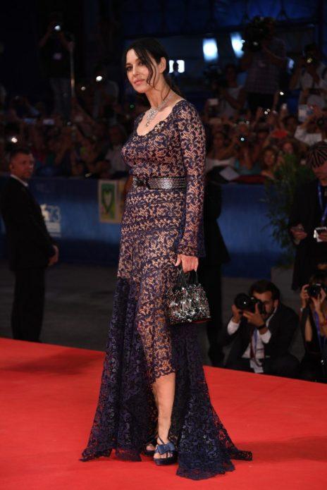 Моника в кружевном платье