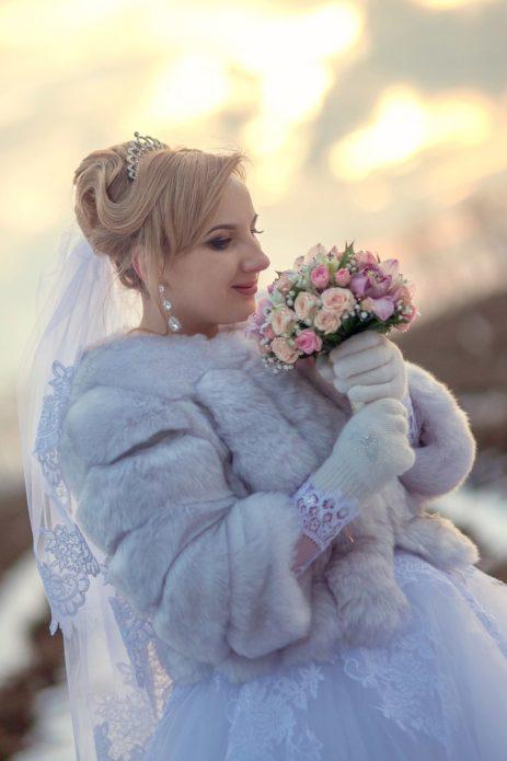 Невеста с букетом и в шубке