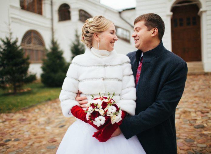 Свадебная шубка идеально сочетается с яркими акцентами в образе невесты
