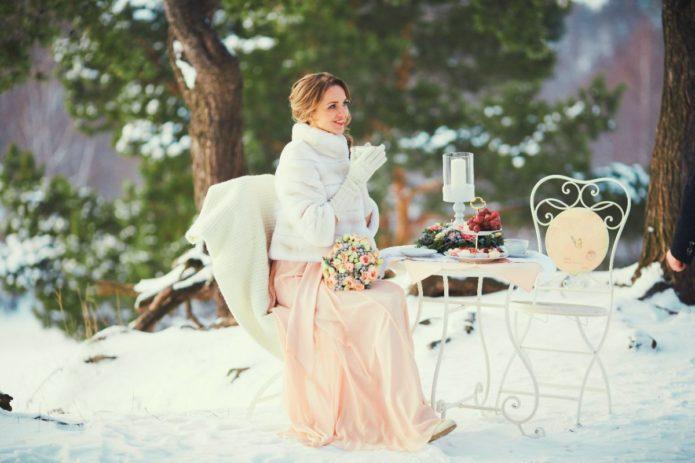 Свадебная шубка — важный элемент фотосессии
