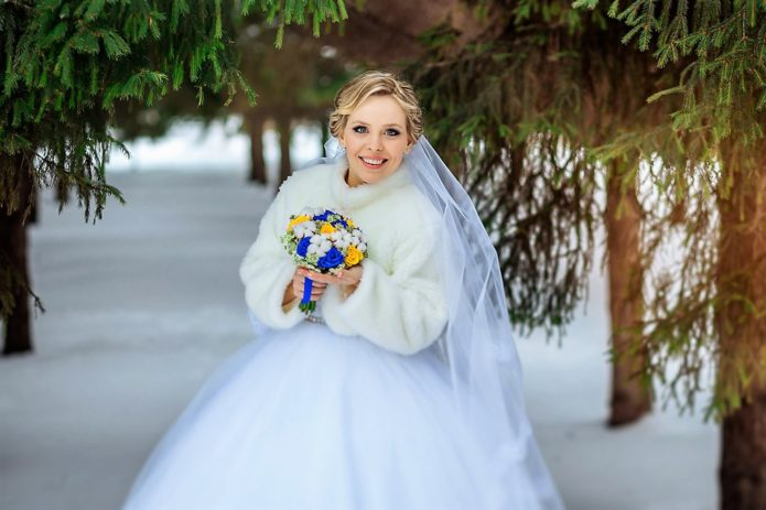 Невеста в шубке в лесу