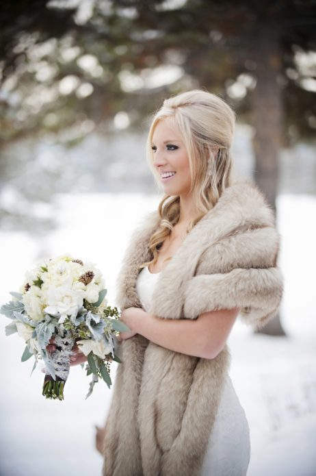 Еще одна разновидность свадебной шубки — меховой палантин